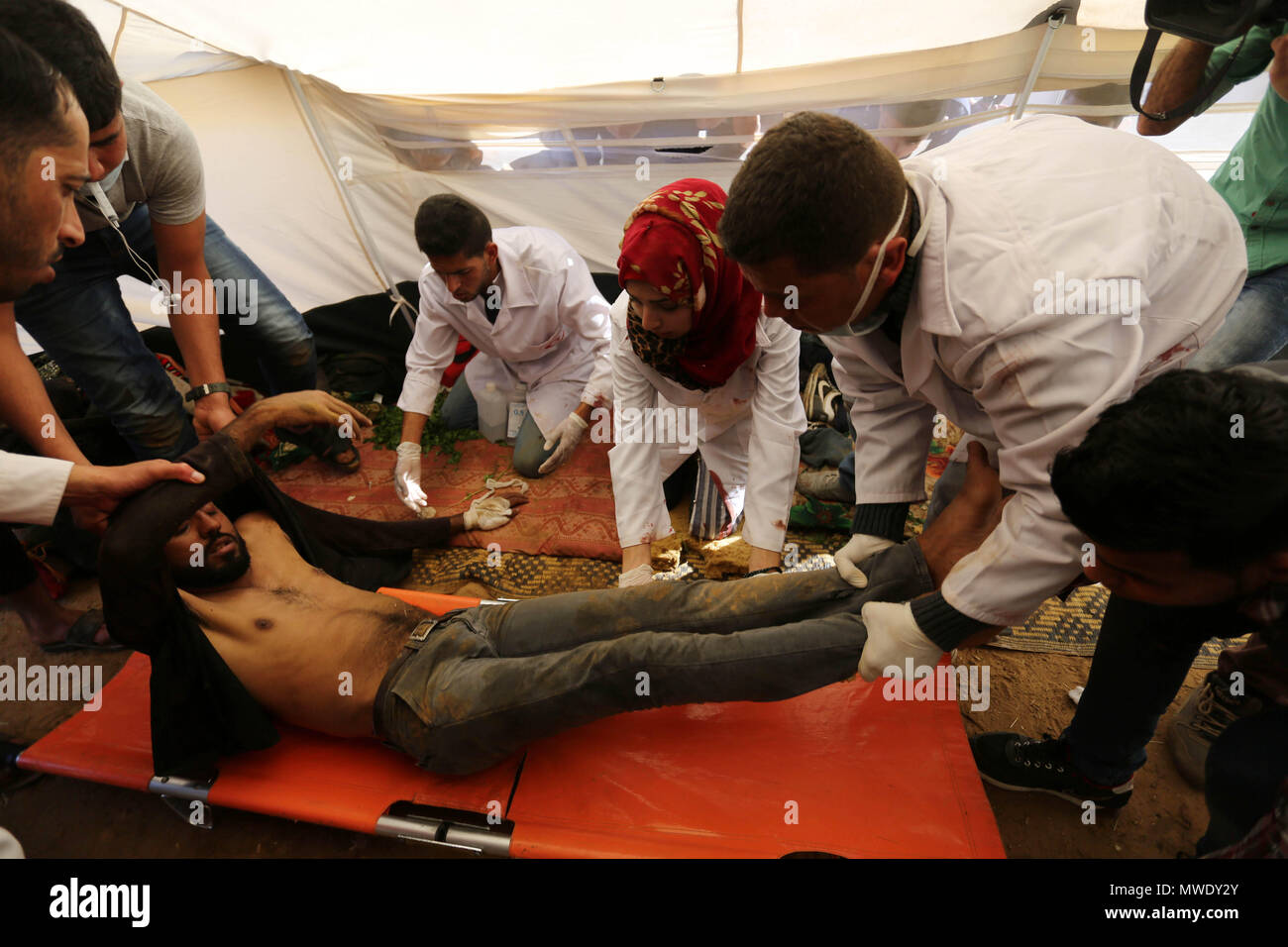 Khan Younis, Gaza Strip, Palestinian Territory. 1st Apr, 2018. (FILES) This file photo taken on April 1, 2018. shows A Palestinian medical Razan al-Najjar helps an injured Palestinian man at an emergency medical tent, who was killed during a protest at the Israel-Gaza border, in Khan Younis in the southern Gaza Strip, on June 1, 2018 Credit: Ashraf Amra/APA Images/ZUMA Wire/Alamy Live News - Stock Image