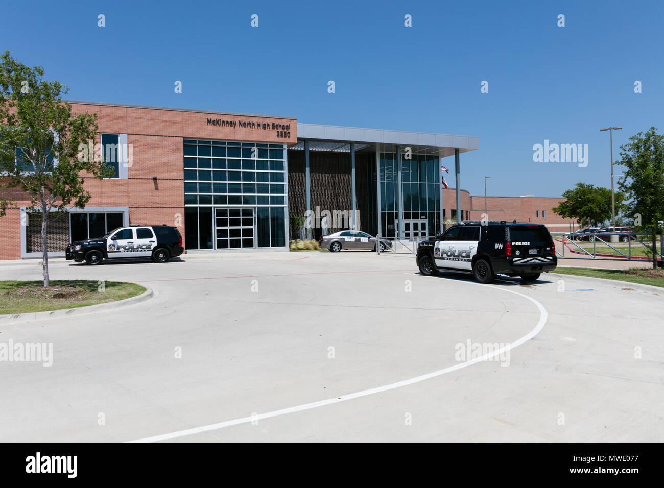 Dallas, USA. 1st June, 2018. Police cars arrive at the McKinney North High school, about 60 km north of Dallas, Texas, the United States, on June 1, 2018. Local officials confirmed Friday that a high school student died from a self-inflicted gunshot wound in McKinney North High School. Credit: Tian Dan/Xinhua/Alamy Live News - Stock Image