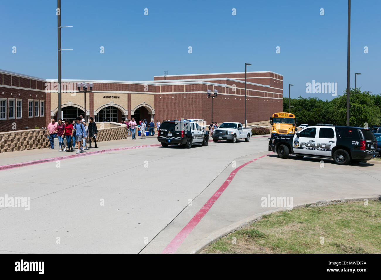 Dallas, USA. 1st June, 2018. Police cars arrive at the McKinney North High school, about 60 km north of Dallas, Texas, the United States, on June 1, 2018. Local officials confirmed Friday that a high school student died from a self-inflicted gunshot wound in McKinney North High School. Credit: Tian Dan/Xinhua/Alamy Live News Stock Photo
