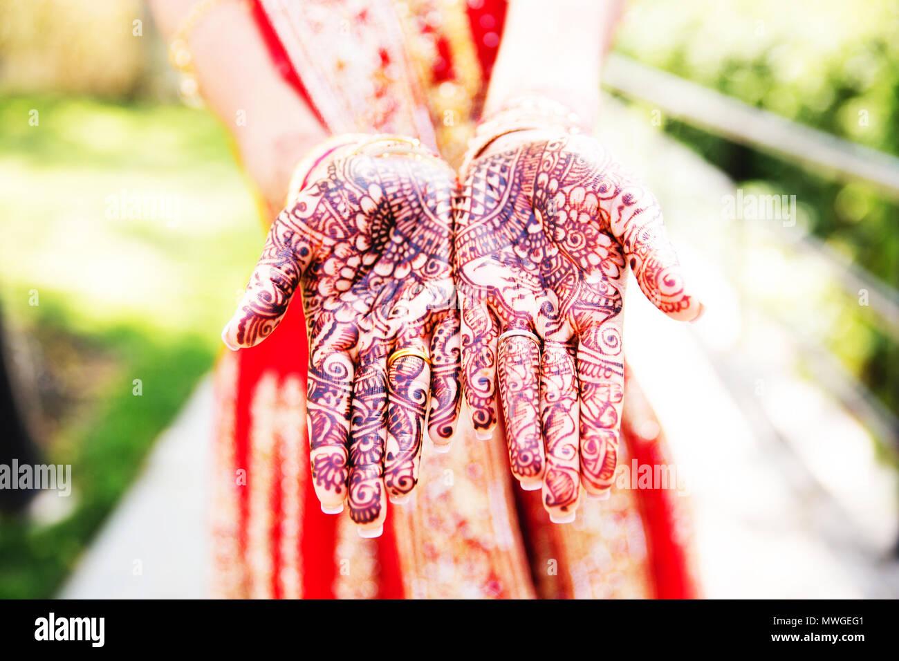 Pakistani bride Show hand mehndi design - Stock Image