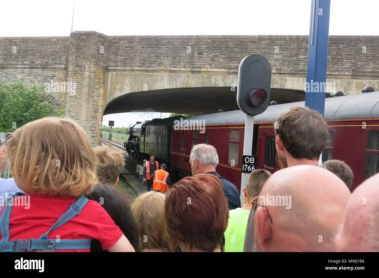 Crowds of onlookers on the platform at Oxford Parkway greet the Flying Scotsman at its 20 minute water stop : Tour of the Chilterns, 31 May 2018 - Stock Image