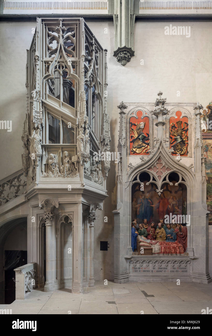 Konstanz, Münster, Sog. 'Schnegg', Treppenturm im Nordquerhaus. Rechts Wandgrab des Domherrn Franz Soler von Richtemberg, Tod Mariens um 1460 - Stock Image