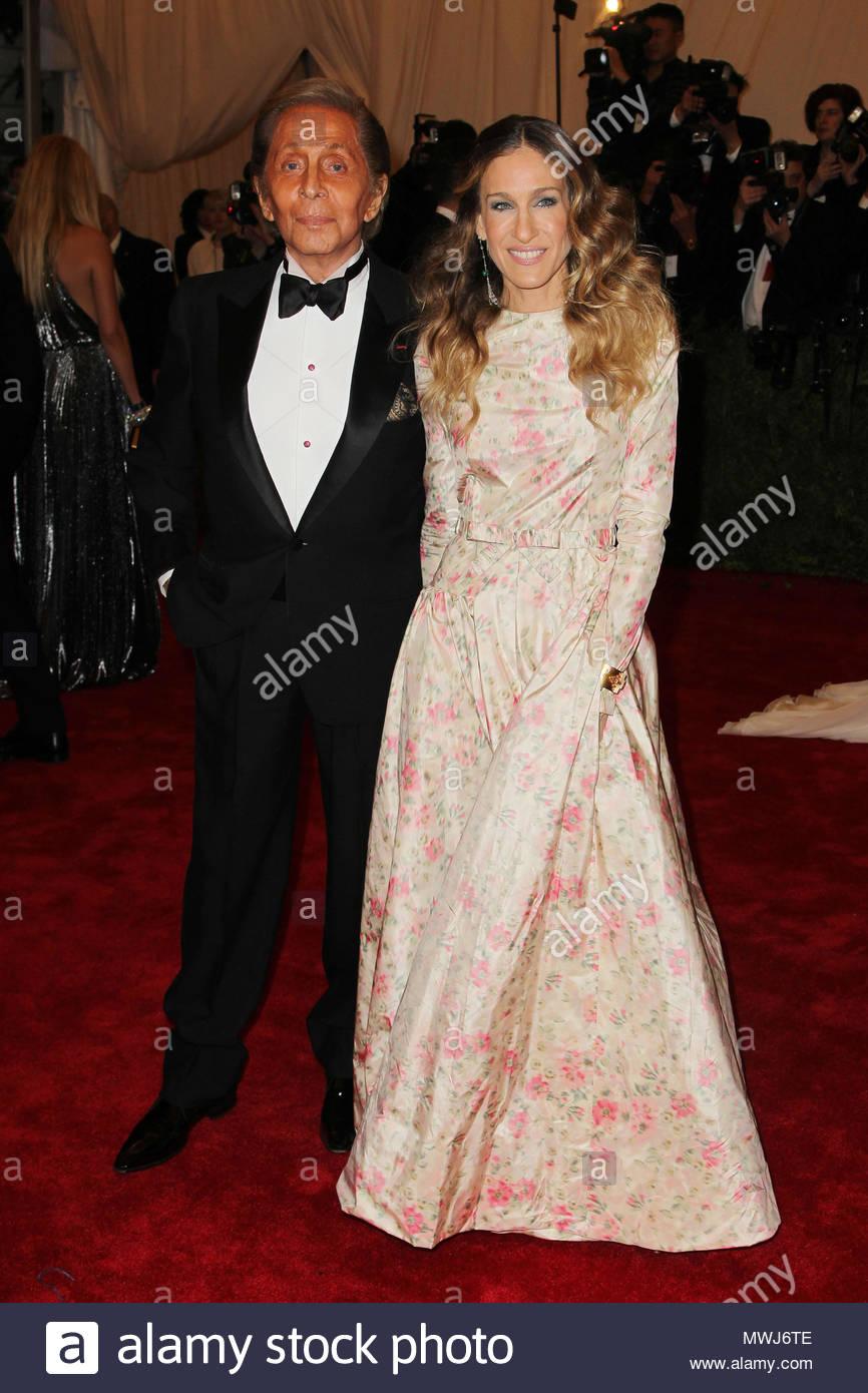 Valentino Garavani and Sarah Jessica Parker. Celebrities wear satin ...