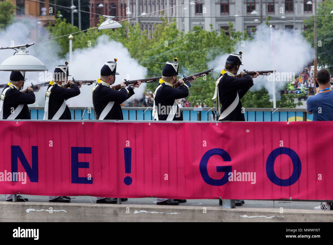 ASICS Stockholm (STHLM) Marathon 2018. The musketeers of the Royal Lifeguards Infantry of Sweden, spout smoke by firing blank gunshots, as an old-fashioned alternative to start timing the race. On your marks, get set, Go ! Stockholm, Sweden. 2nd June 2018. Credit: BasilT/Alamy Live News - Stock Image