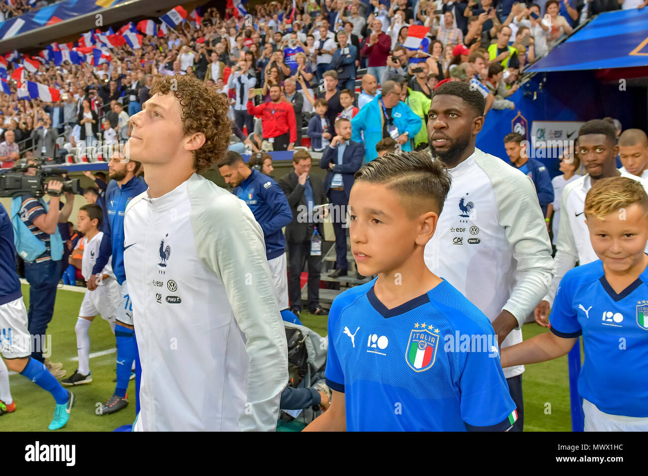 Nice, France. 1st June 2018. Soccer Football - International Friendly - France vs Italy - Allianz Riviera, Nice, France - June 1, 2018 France's Benjamin Pavard and a mascot before the match Credit: BTWImages Sport/Alamy Live News - Stock Image