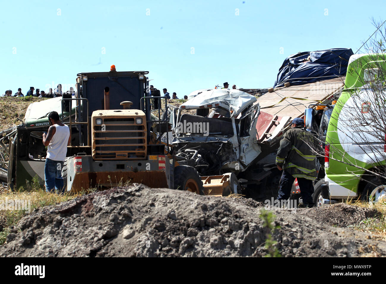 Texcoco-Calpulapan highway, Mexico. 2nd Jun, 2018. General view of the accident at kilometer 32 of the Texcoco-Calpulapan highway, Mexico, on 2 June 2018. Eight people were killed and another thirteen were injured when a passenger bus and a truck transporting construction materials hit a highway in the State of Mexico, local media reported. EFE/STR Credit: EFE News Agency/Alamy Live News Stock Photo