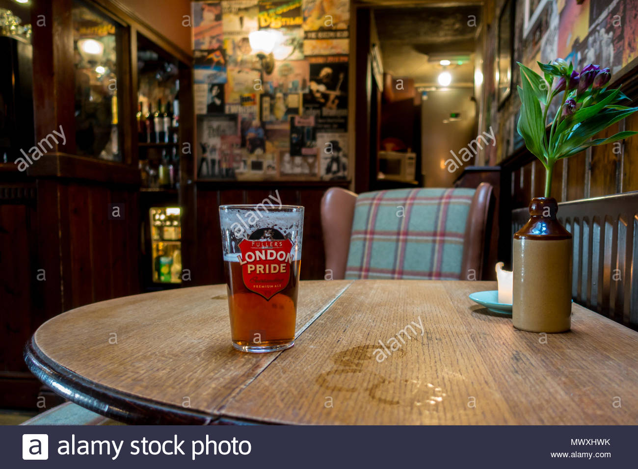 Interior of the Queens Head a traditional pub in the centre of Farnham, Surrey UK - Stock Image