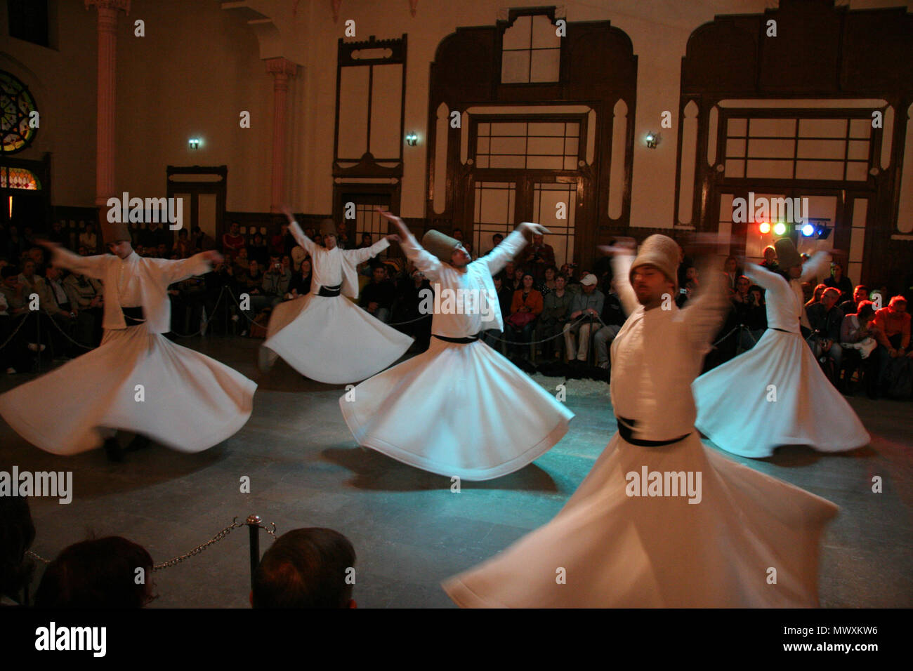 whirling dervishes dancing in traditional turkish dervish costume in istanbul - Stock Image
