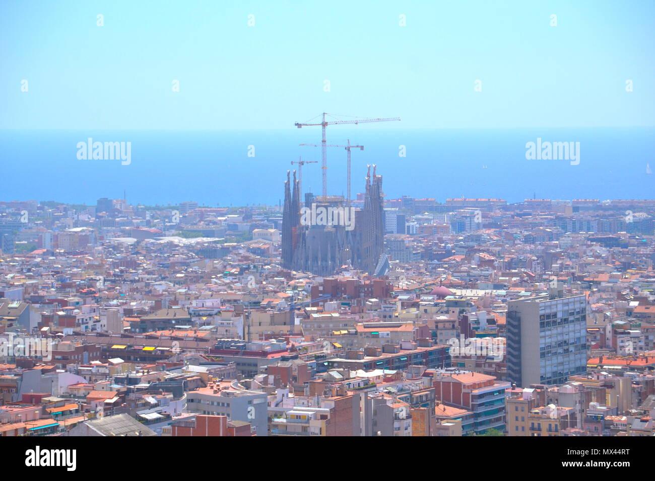 Vista de la ciudad de Barcelona resaltando la Basílica de la Sagrada Familia desde lo alto del Parque Gueil - Stock Image