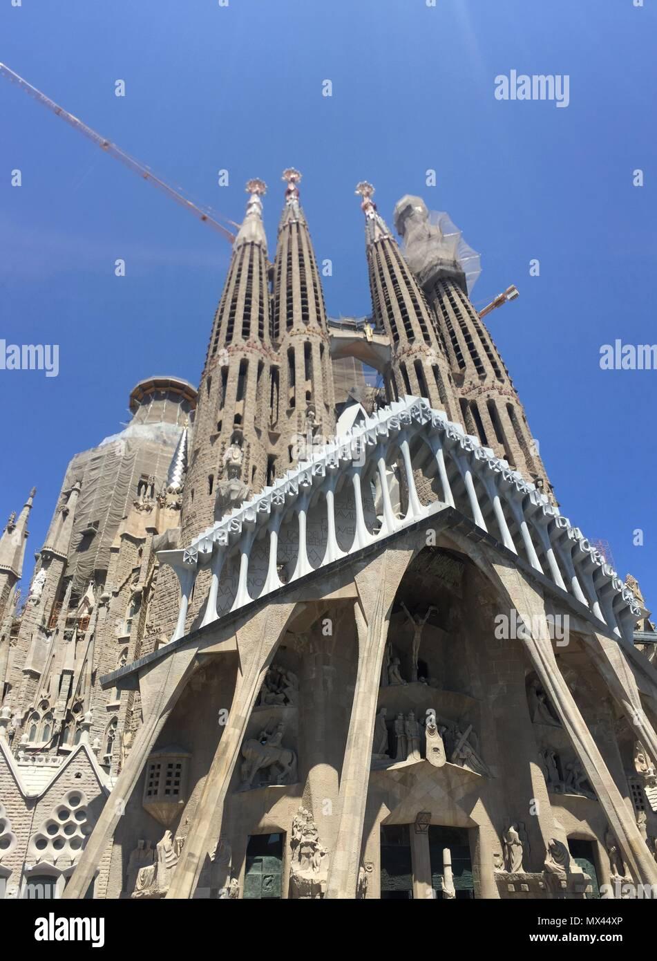 Vista de la Fachada de la Pasión de la Basílica de la Sagrada Familia en Barcelona - Stock Image