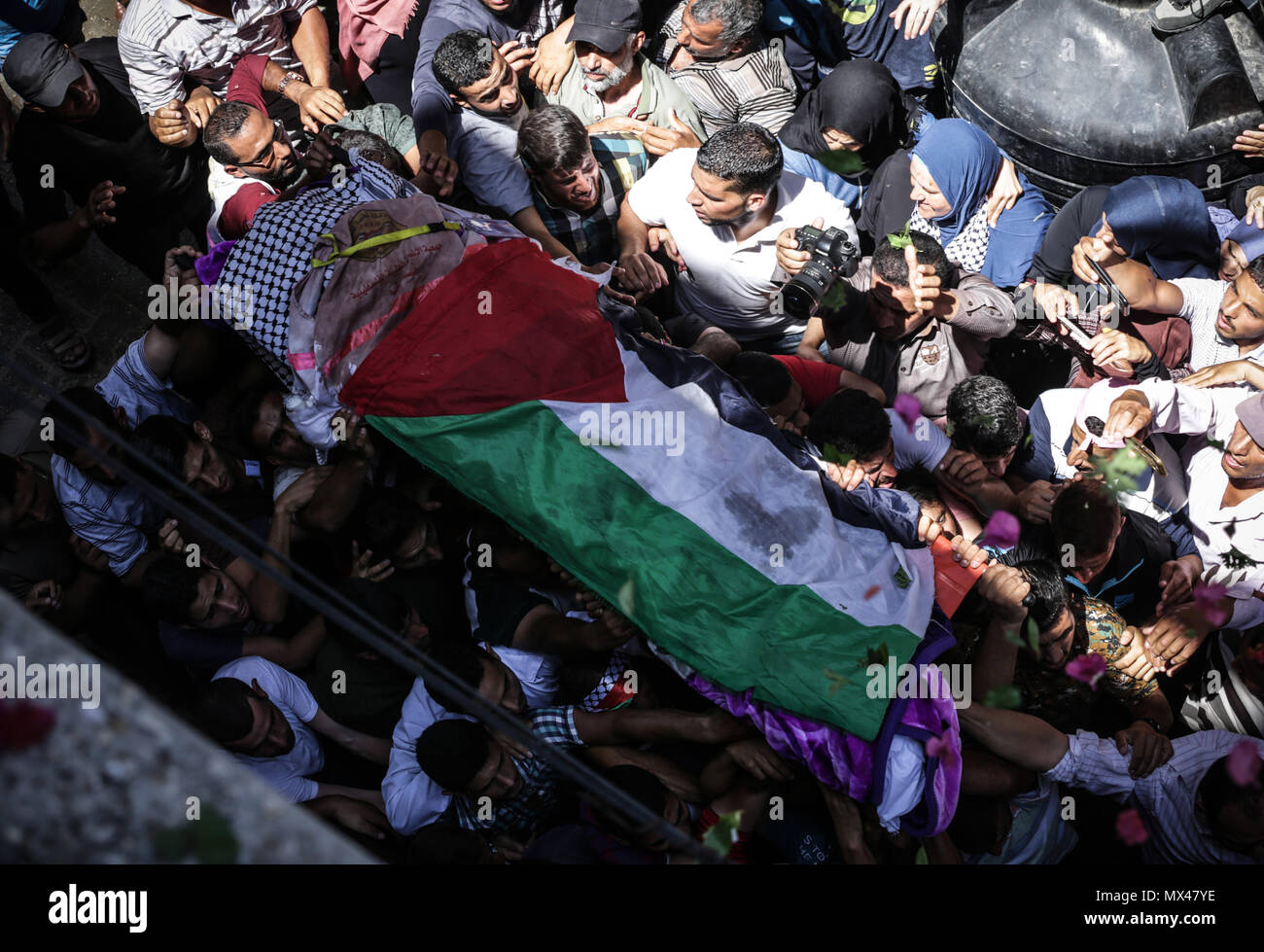 Gaza. 02nd June, 2018. Mourners carry the body of Palestinian nurse Razan Al-Najar, who according to health officials and a witness was killed by Israeli forces as she tried to help a wounded protester at the Gaza border, during her funeral in Khan Younis in the southern Gaza Strip June 2, 2018 Credit: Nidal Alwaheidi/Pacific Press/Alamy Live News - Stock Image