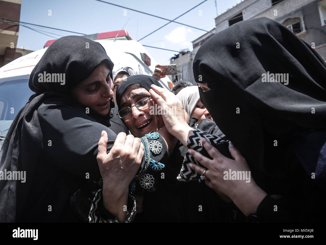 Gaza. 02nd June, 2018. The mother of 21 years old Razan al-Najjar mourns during the funeral of Palestinian nurse Razan Al-Najar, who according to health officials and a witness was killed by Israeli forces as she tried to help a wounded protester at the Gaza border, in Khan Younis in the southern Gaza Strip June 2, 2018. Credit: Nidal Alwaheidi/Pacific Press/Alamy Live News - Stock Image