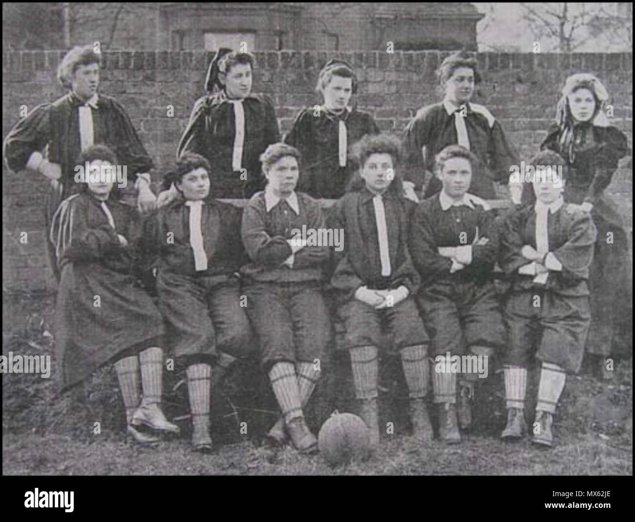 . L'équipe de North London, le 23 mars 1895. Debout: Lily Lynn, Nettie Honeyball, Williams, Edwards, Ide. Assises: Compton, F. B. Fenn, Nellie Gilbert, P. Smith, Rosa Thiere, Biggs. 1895. Unknown 99 British Ladies Football Club - Stock Image