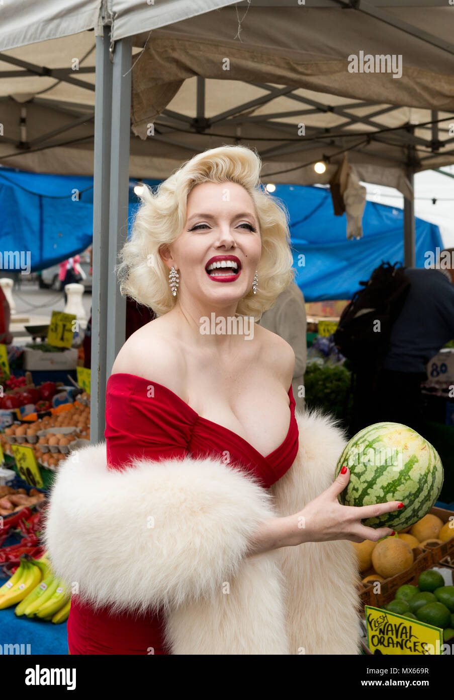 Bury St Edmunds, UK. 2nd Jun, 2018. Suzie Kennedy the world's leading Marilyn Monroe tribute artist, making her way through the market on her way to open the 'Timeless' exhibition at Moyses Hall, Bury St Edmunds, UK which includes stunning images from Marilyn Monroe's very earliest days as a model; behind-the-scenes captures from her film-work; breathtaking location and studio work and emotive candid images that showcase her true personality in a unique and engaging way. Credit: Keith mindham/Alamy Live News Stock Photo