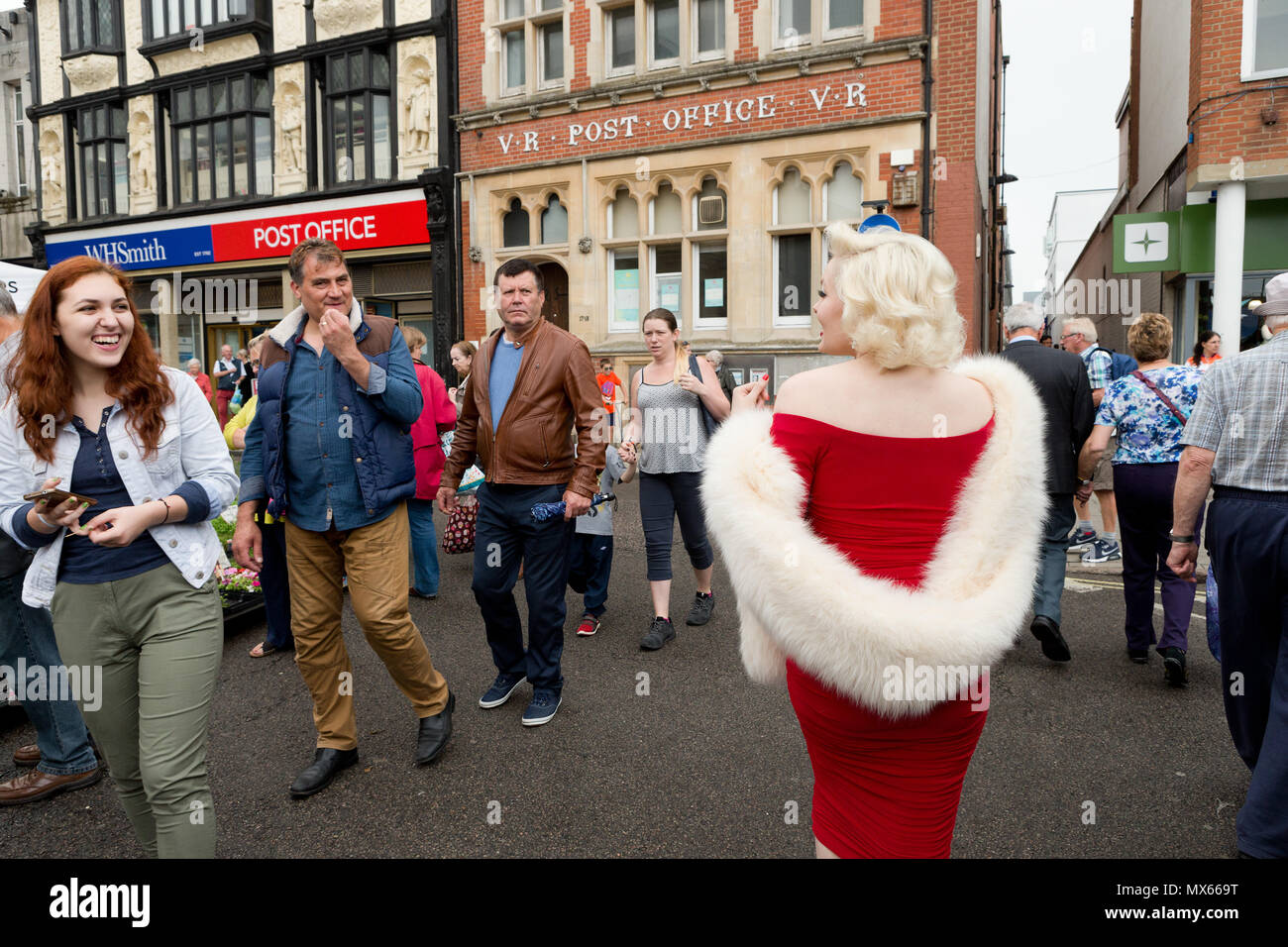 Bury St Edmunds, UK. 2nd Jun, 2018. Suzie Kennedy the world's leading Marilyn Monroe tribute artist, making her way through the market on her way to open the 'Timeless' exhibition at Moyses Hall, Bury St Edmunds, UK which includes stunning images from Marilyn Monroe's very earliest days as a model; behind-the-scenes captures from her film-work; breathtaking location and studio work and emotive candid images that showcase her true personality in a unique and engaging way. Credit: Keith mindham/Alamy Live News - Stock Image
