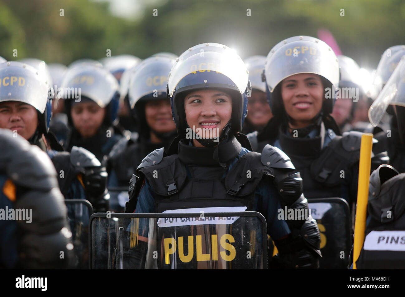 Manila, Philippines. 3rd June, 2018. A policewoman smiles during the annual Philippine National Police Civil Disturbance Management (PNP-CDM) competition in Manila, the Philippines, June 3, 2018. Credit: Rouelle Umali/Xinhua/Alamy Live News - Stock Image