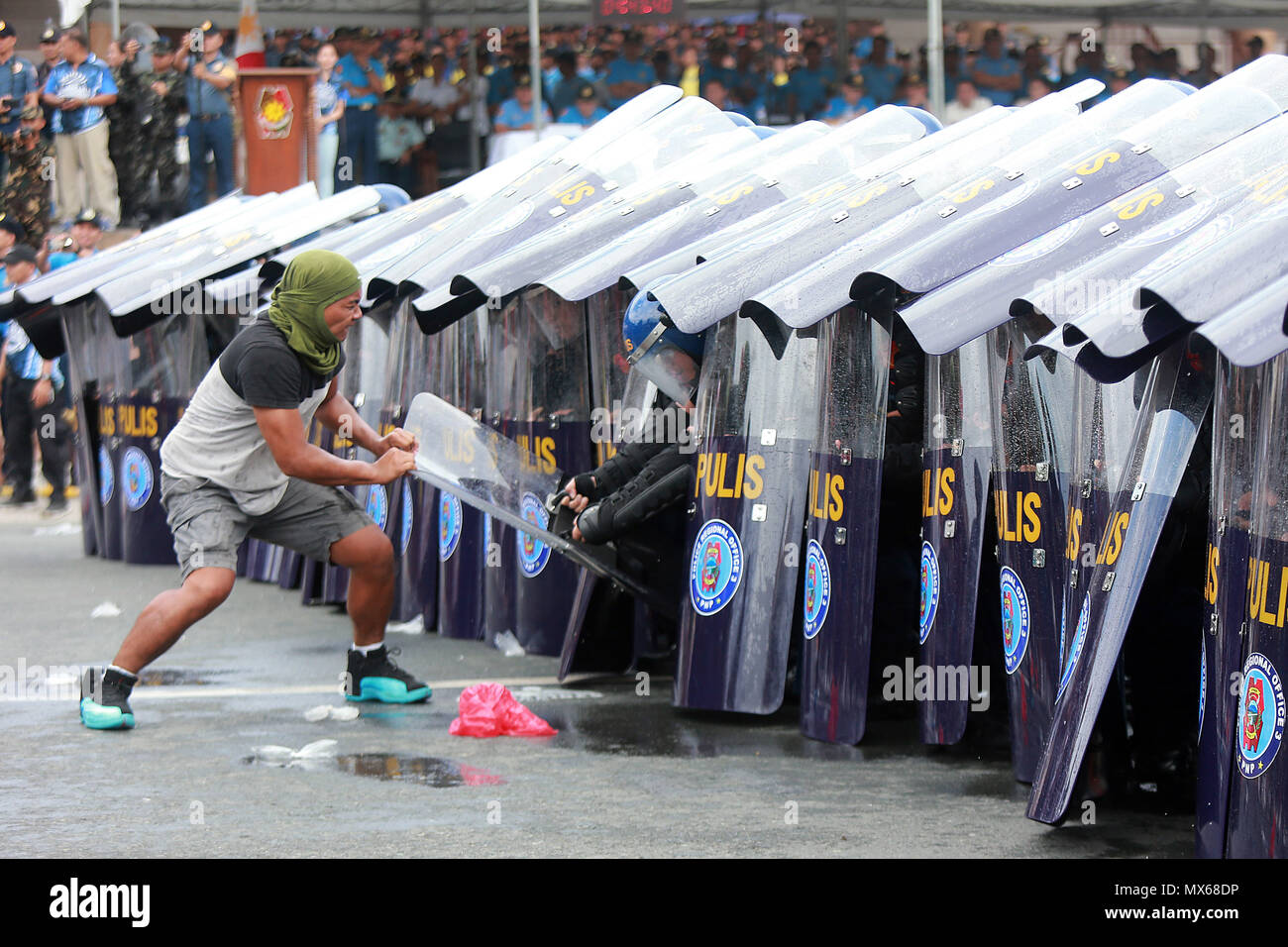 Manila, Philippines. 3rd June, 2018. An assumed activist tries to break the formation of policemen during the annual Philippine National Police Civil Disturbance Management (PNP-CDM) competition in Manila, the Philippines, June 3, 2018. Credit: Rouelle Umali/Xinhua/Alamy Live News - Stock Image