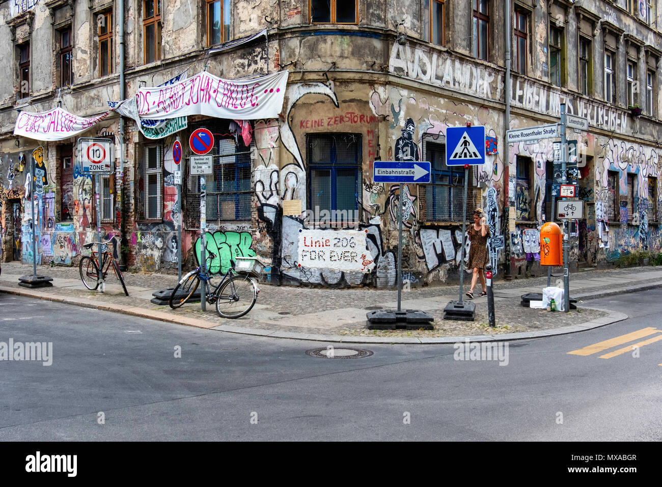 Berlin Mitte, Linienstrasse 206. Dilapidated Sqaut building covered in graffiti,street art and banners. Linie 206 for ever. - Stock Image