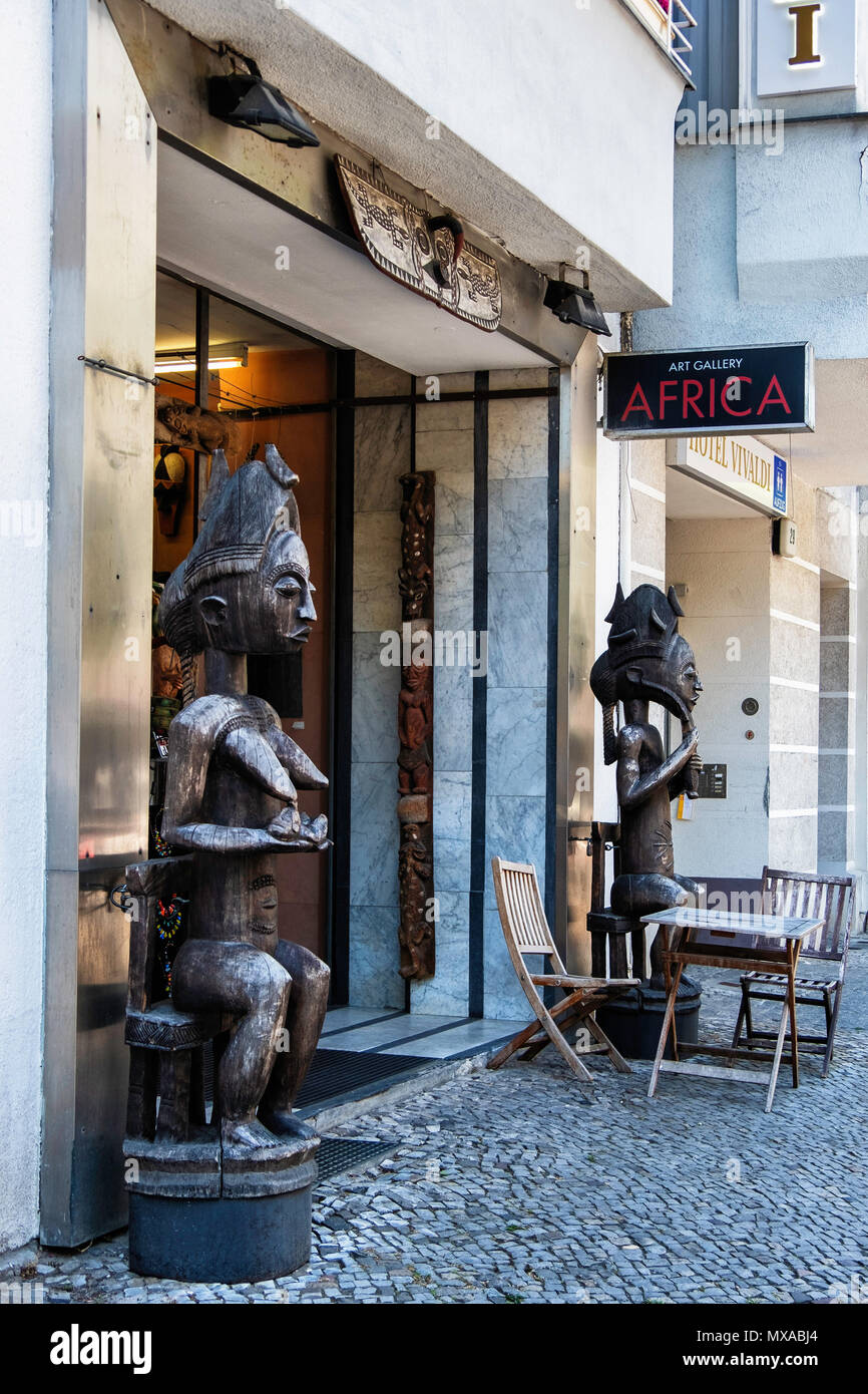 Berlin,Knesebechstrasse, Africa Art Gallery with African sculptures at entrance - Stock Image
