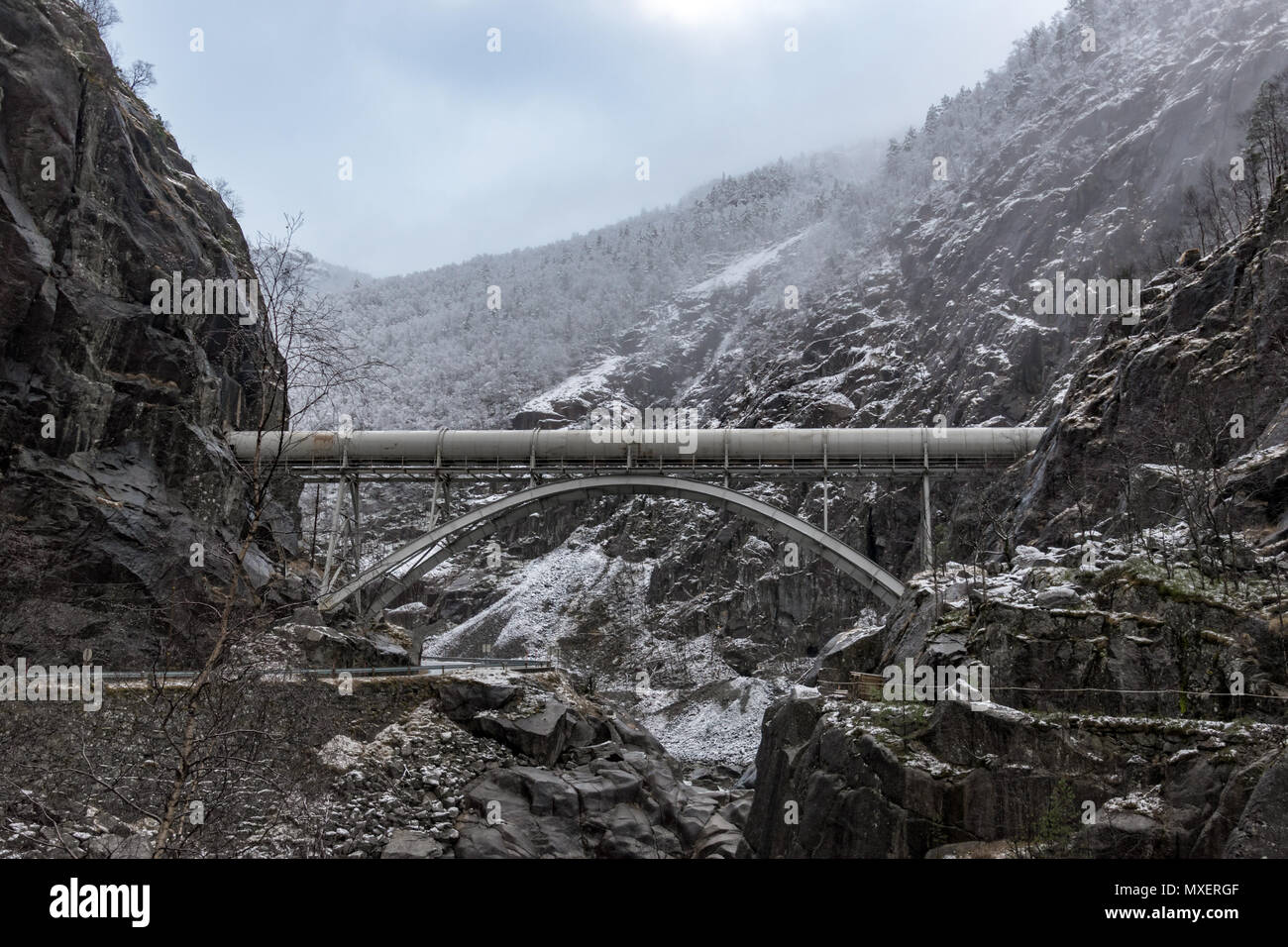 Pipeline canyon winter rocks bridge mountains - Stock Image