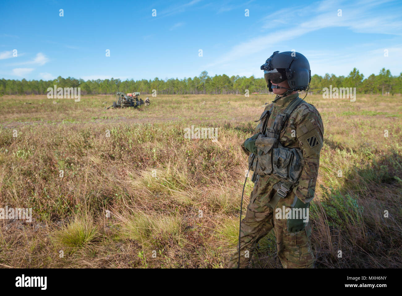 A U.S. Army Chinook crewmember assigned to 3rd Combat Aviation Brigade observes soldiers from 3rd Division Artillery emplace artillery pieces on at a training site on Fort Stewart, 6 Nov 2016. (U.S. Army photo by Lt. Col. Brian J. Fickel) Stock Photo