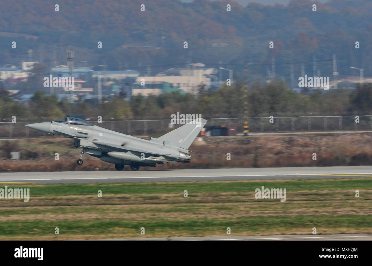 A Royal Air Force Eurofighter Typhoon FRG4, U.S. Air Force F-16 Fighting Falcon, and a Republic of Korea air force F-16 and F-15K Slam Eagle fly in formation during Invincible Shield on Osan Air Base, Republic of Korea, Nov. 8, 2016. The intent of Invincible Shield is to bolster the interoperability between the RoK, the U.S. and United Kingdom while improving combat capability in the Pacific region. (U.S. Air Force photo by Tech. Sgt. Rasheen Douglas) - Stock Image