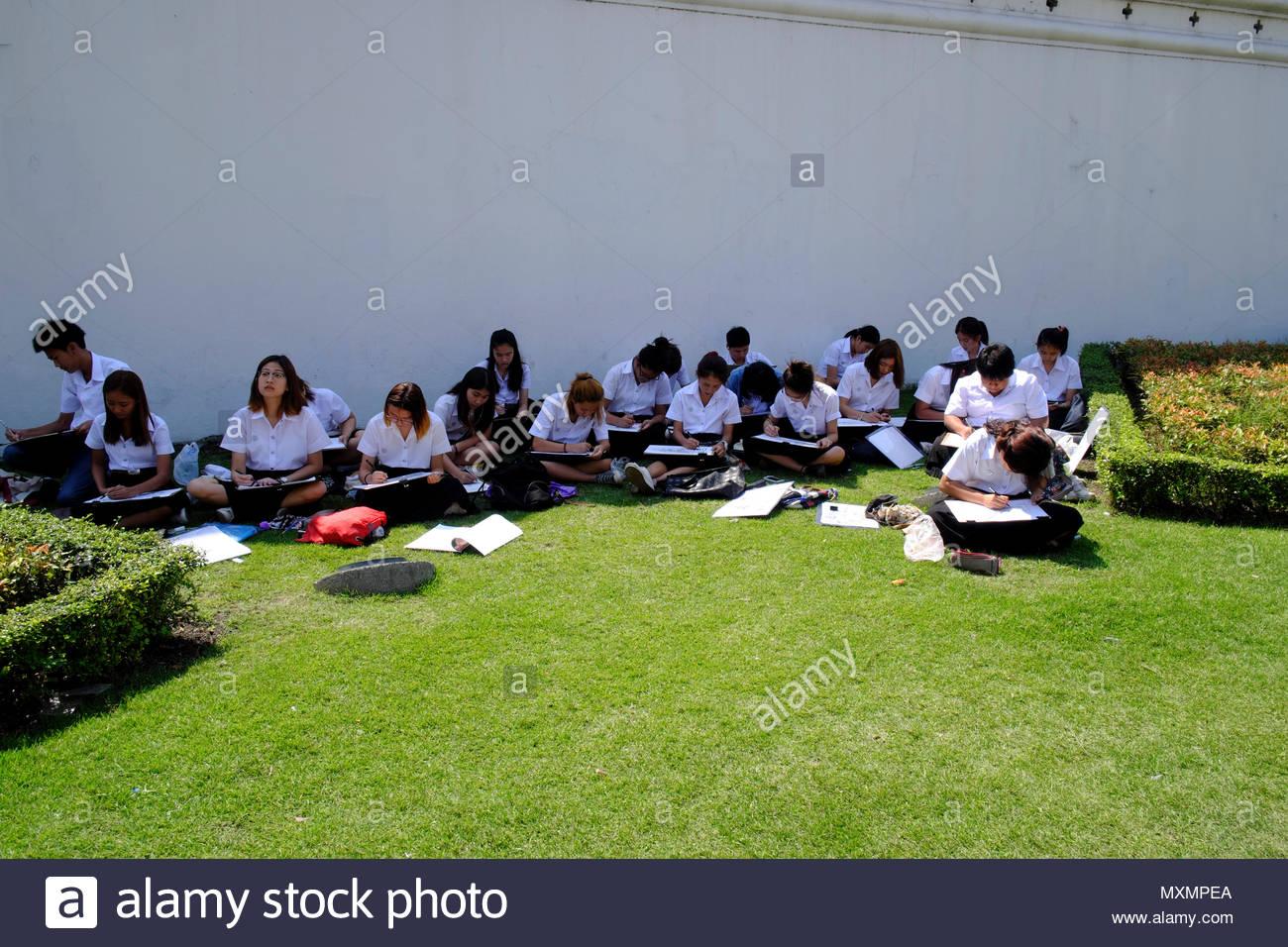 Asien, Thailand, Bangkok, Schülergruppe zeichnen auf einer Wiese im Freien vor dem Königspalast *** Local Caption ***  16 - 18 years, education, outsi - Stock Image