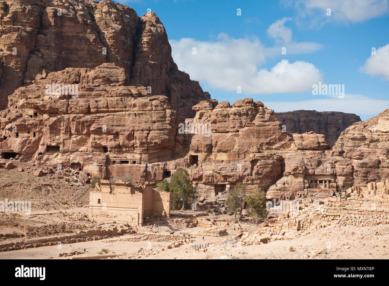 Qasr al-Bint temple complex, rock tombs, rock-cut tombs, Petra Archaeological Park, Petra, Jordan, Asia Minor / Petra | Qasr al-Bint Tempel, Felengrae - Stock Image