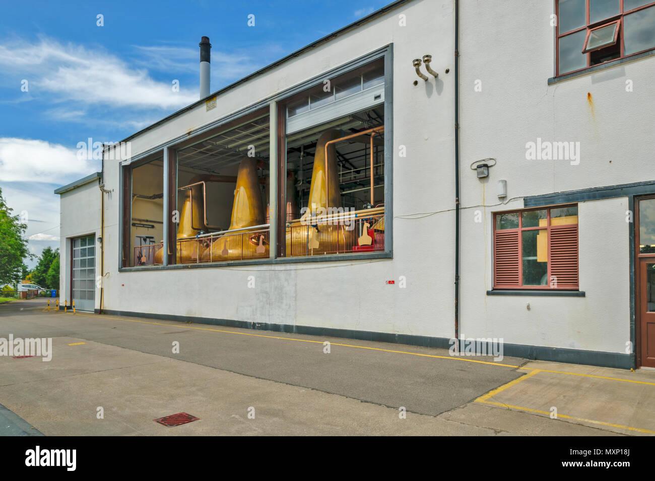 ROYAL BRACKLA WHISKY DISTILLERY CAWDOR ESTATE NAIRN SCOTLAND MAIN DISTILLERY BUILDINGS WTH STILLS - Stock Image