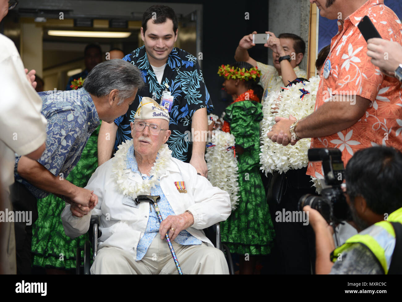 hawaii state governor david y ige shakes the hand of a pearl