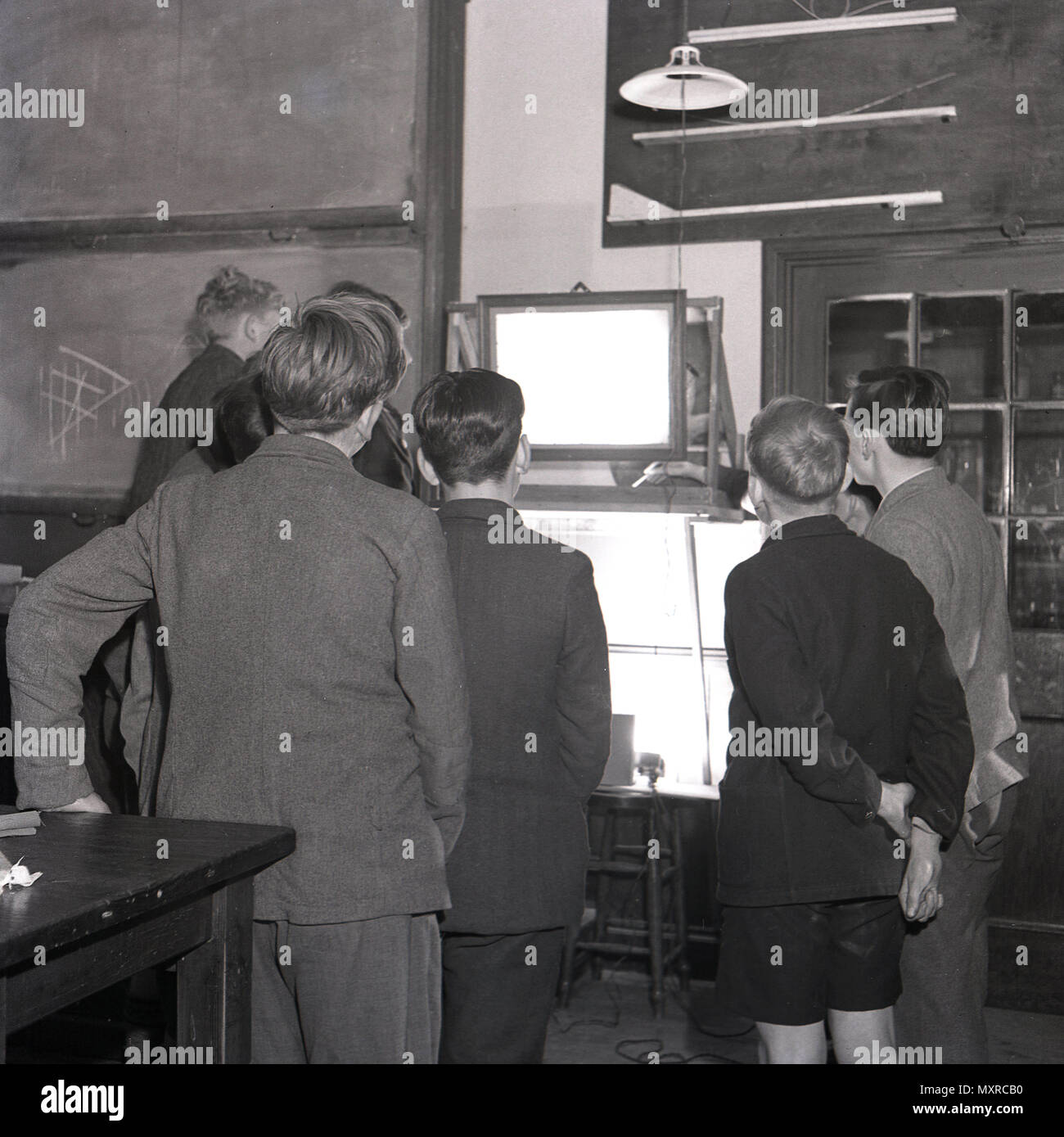 1948, historical, schoolboys gather around a lightbox during a class at Sidcup secondary modern school, Kent, England, UK. These offered education to children from 11-15 to those who did not pass the 11+ exam for entry to Grammar schools. - Stock Image