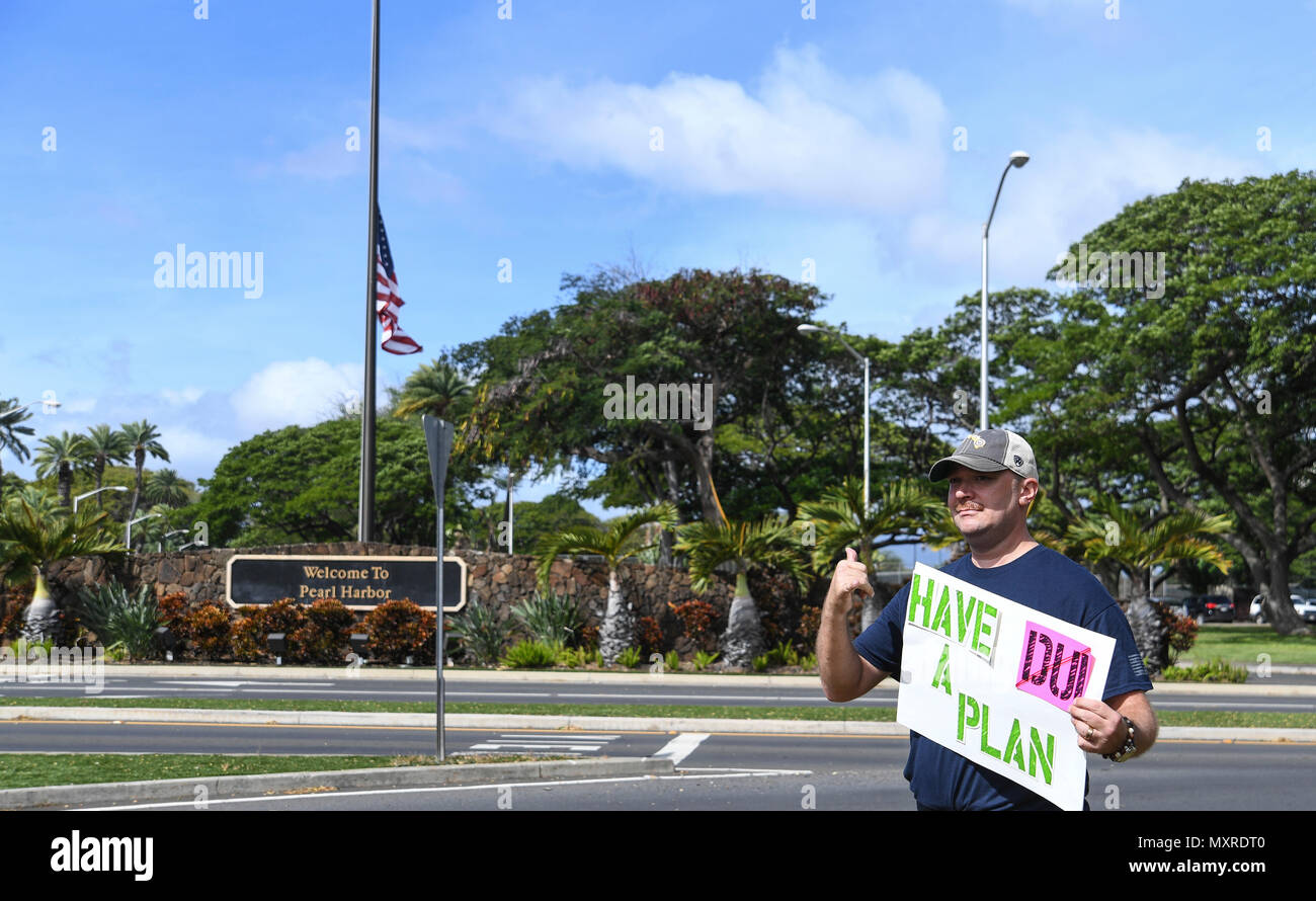 161123-N-PA426-002 PEARL HARBOR (Nov. 23, 2016) Service members rally at the Joint Base Pearl Harbor-Hickam gates to remind drivers to not drink and drive, Nov. 23. Petty Officer 2nd Class Shaylee Stewart organized the event partnering with Master Chief Suz Whitman, U.S. Pacific Fleet Master Chief, and JBPHH organizations Coalition of Sailors Against Destructive Decisions, Airmen Against Drinking and Driving, Chief Petty Officer 365 and the command's Drug and Alcohol Program advisors. (U.S. Navy photo by Petty Officer First Class Meranda Keller/Released) Stock Photo