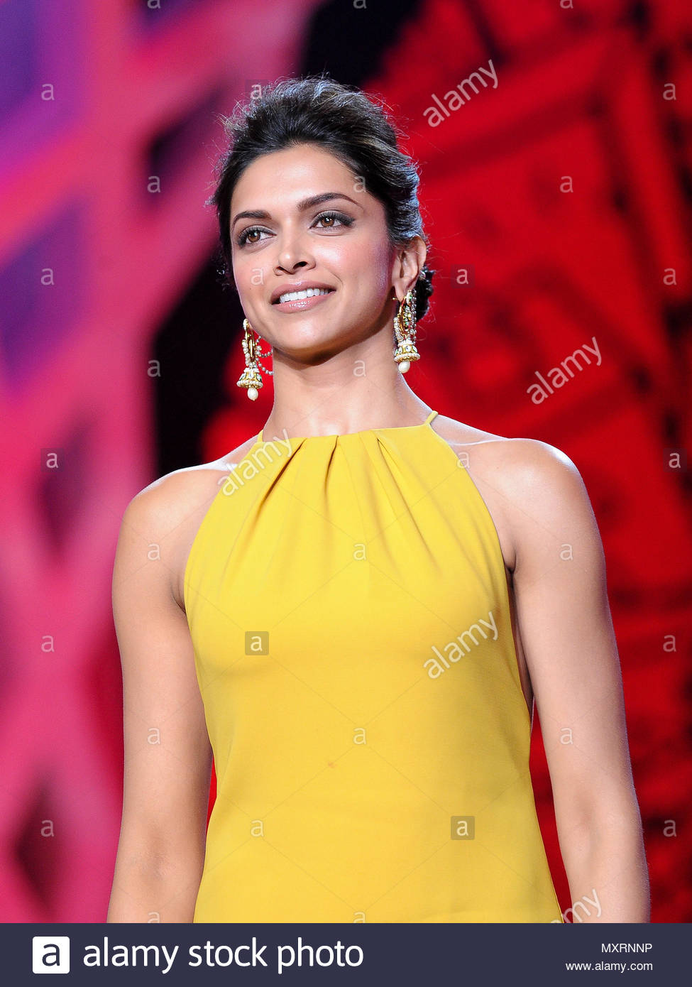 Watch Deepika padukone at the opening ceremony of 70th cannes film festival video