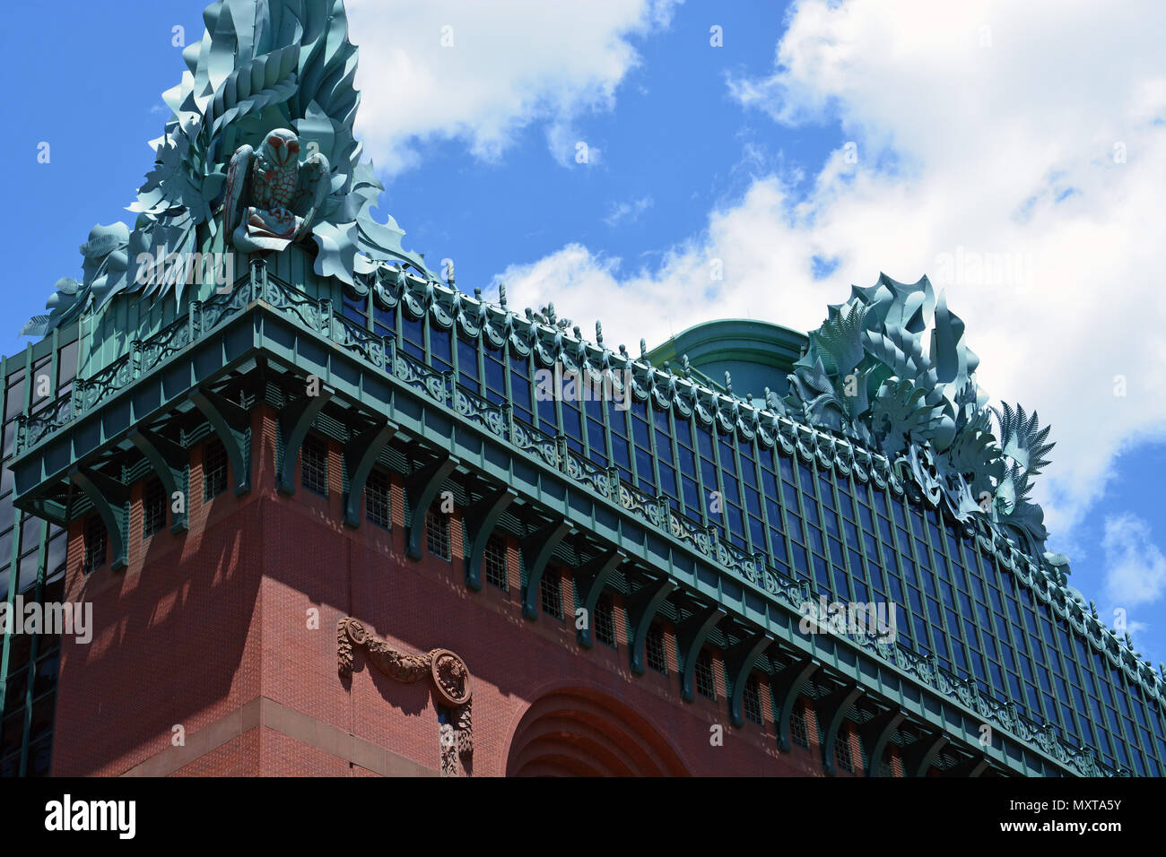 Architectural detail of giant owls on the roof of the Harold Washington Public Library in Chicago's South Loop. - Stock Image