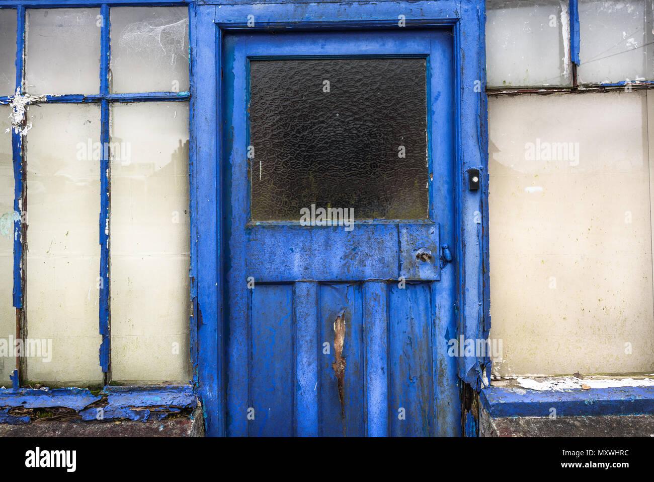 Old rotten front wooden door. - Stock Image