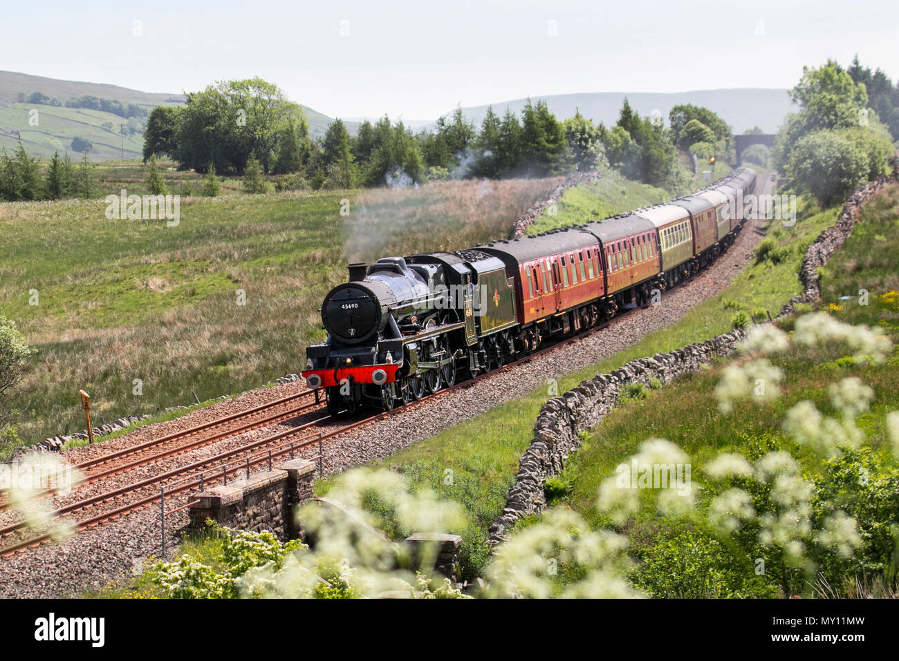 Garsdale, Cumbria. UK Weather. 05/06/2018. Passenger Steam train on te summit of Ais Gill.  London Midland and Scottish Railway (LMS) Jubilee Class No. 5690 (BR No. 45690) Leander is a preserved British steam locomotive on an excursion run over Shap Summit to Carlisle and back along the Settle & Carlisle line. Credit:MediaWorldImages/AlamyLiveNews. - Stock Image