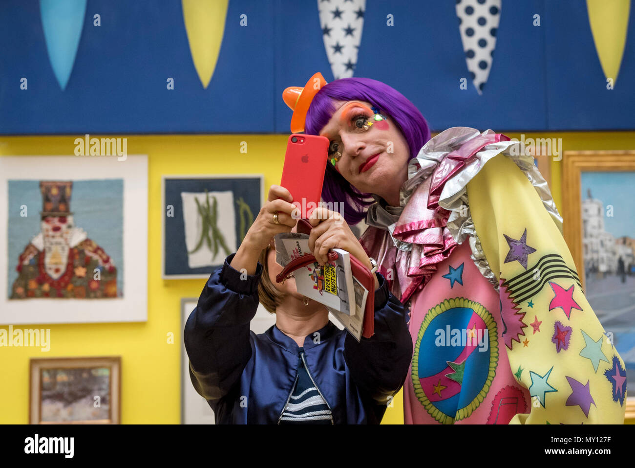 London, UK.  5 June 2018. Grayson Perry RA with a fan in one of the vividly coloured galleries at the preview of the 250th Summer Exhibition at the Royal Academy of Arts in Piccadilly, which has been co-ordinated by Grayson Perry RA this year.  Running concurrently, is The Great Spectacle, featuring highlights from the past 250 years.  Both shows run 12 June to 19 August 2018.  Credit: Stephen Chung / Alamy Live News - Stock Image