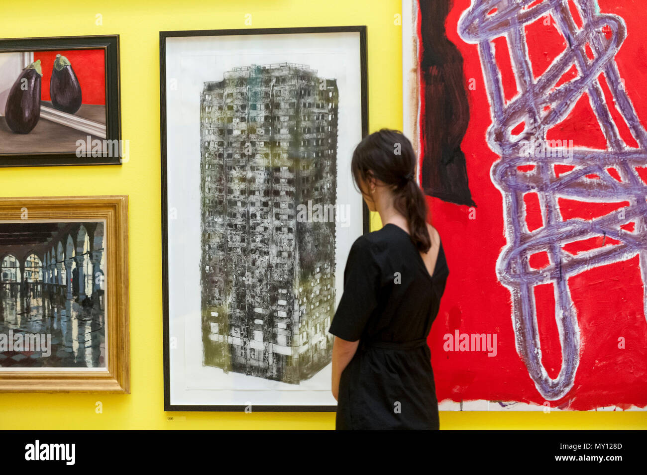 London, UK.  5 June 2018. A staff member views (C) 'Five Grand' by Luke Wade at the preview of the 250th Summer Exhibition at the Royal Academy of Arts in Piccadilly, which has been co-ordinated by Grayson Perry RA this year.  Running concurrently, is The Great Spectacle, featuring highlights from the past 250 years.  Both shows run 12 June to 19 August 2018. Credit: Stephen Chung / Alamy Live News - Stock Image