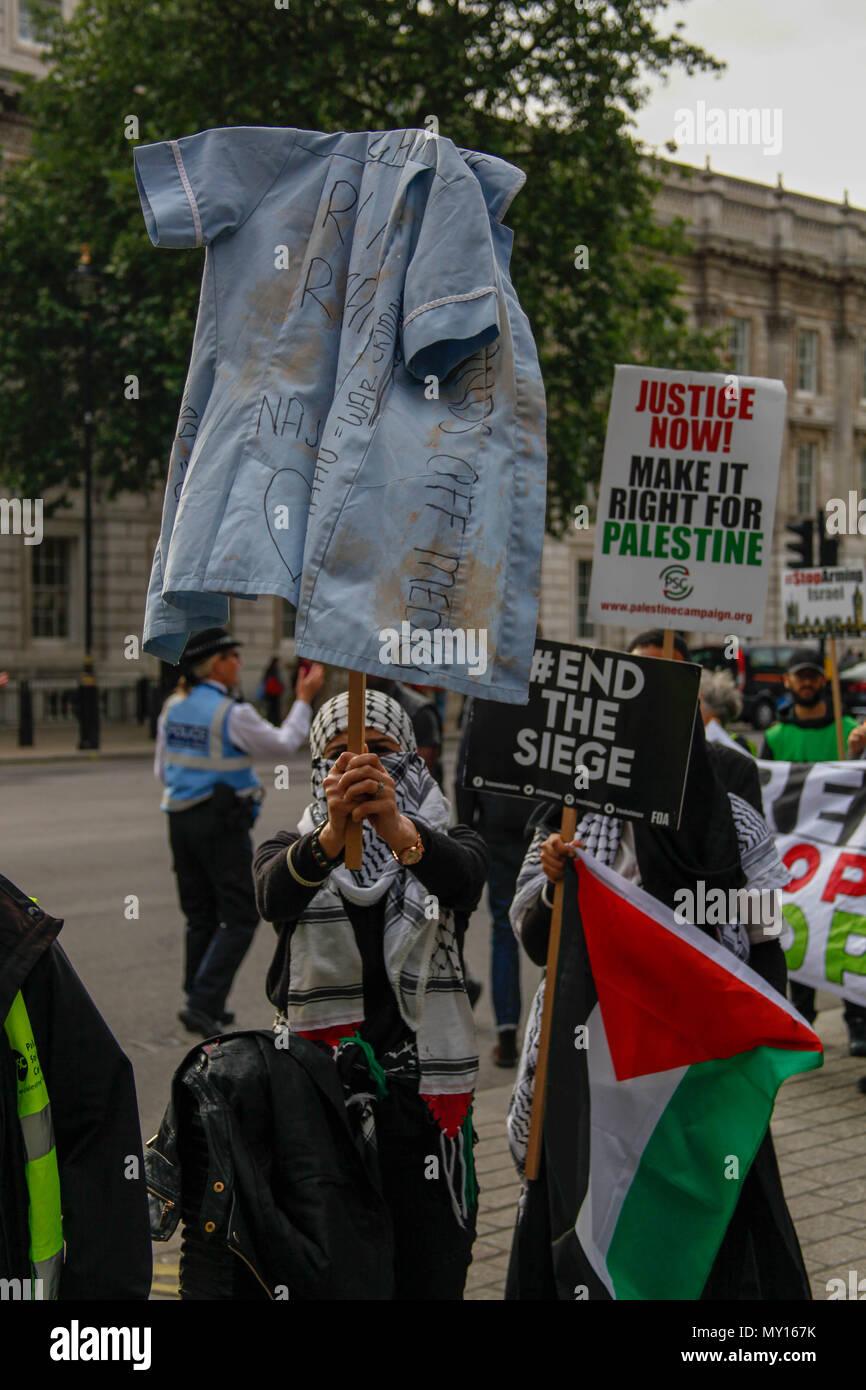London, UK. 5th June, 2018. Protester carries shirt to represent murdered Palestinian nurse Razan Al-Najar Credit: Alex Cavendish/Alamy Live News - Stock Image