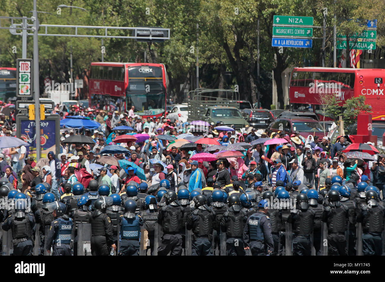 Mexico city, Mexico. 5th June, 2018. Members of the police intervene in the mobilization of hundreds of members of the National Coordination of Education Workers (CNTE), who march for the second consecutive day in Mexico City, Mexico, 05 June 2018. Thousands of teachers from several states carry out several mobilizations since Monday to pressure the Mexican government to reinstate a negotiating table on their demands. According to the Ministry of Public Education (SEP) ), 98.2% of public basic education schools operate normally. EFE/Mario Guzman Credit: EFE News Agency/Alamy Live News Stock Photo