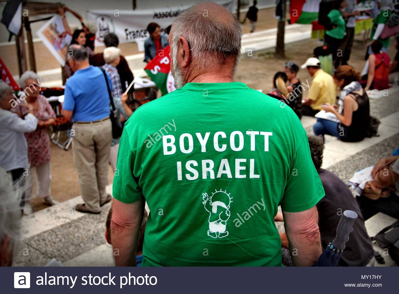 Lyon, France. 5th June, 2018. A protester wears a shirt reading 'Boycott Israel' in Lyon, France on June 5, 2018, to denounce Israeli Prime Minister Benjamin Netanyahu's visit to Paris to meet French President Emmanuel Macron. Protesters gathered to rally against the violence by Israeli forces against Palestinians and the ongoing violence in the Gaza border. (c) copyright Credit: CrowdSpark/Alamy Live News - Stock Image
