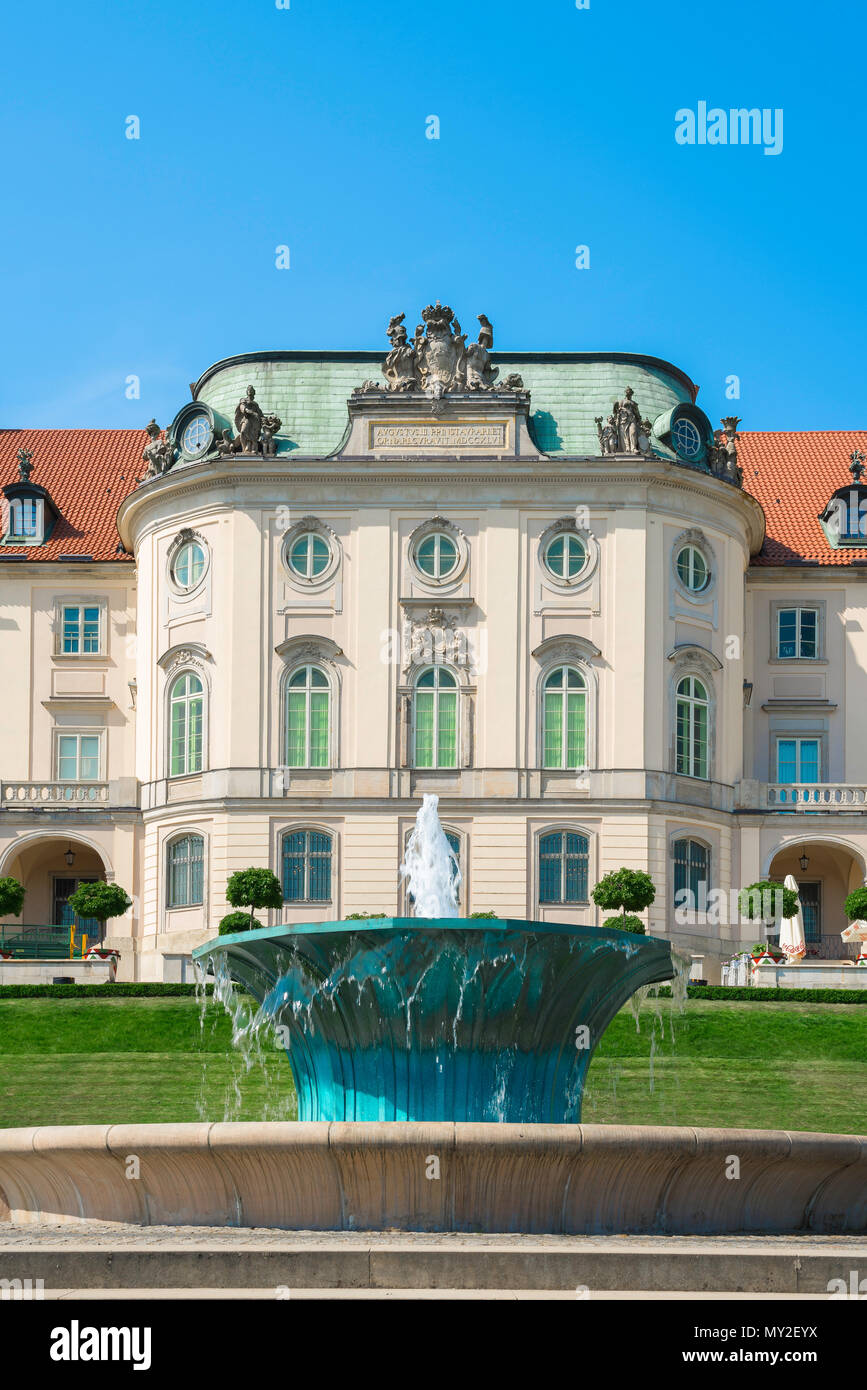 Warsaw Royal Castle, view of jade-coloured fountain in the landscaped garden at the rear of the Royal Castle in Warsaw, Poland. - Stock Image