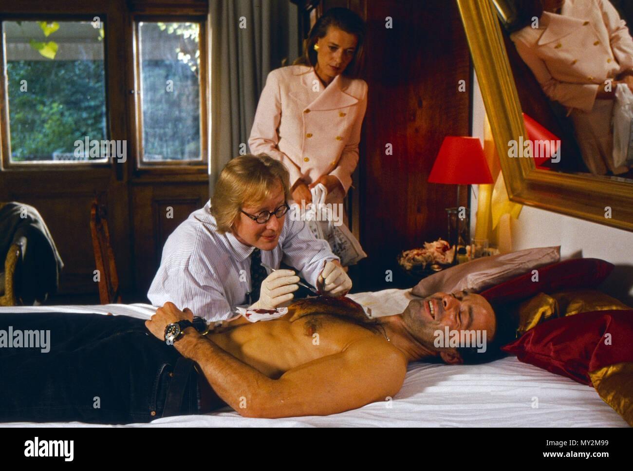 Der Räuber mit der sanften Hand, Fernsehfilm, Deutschland 1995, Regie: Wolfgang Mühlbauer, Darsteller: Hannes Jaenicke (liegend), Barbara Rudnik Stock Photo