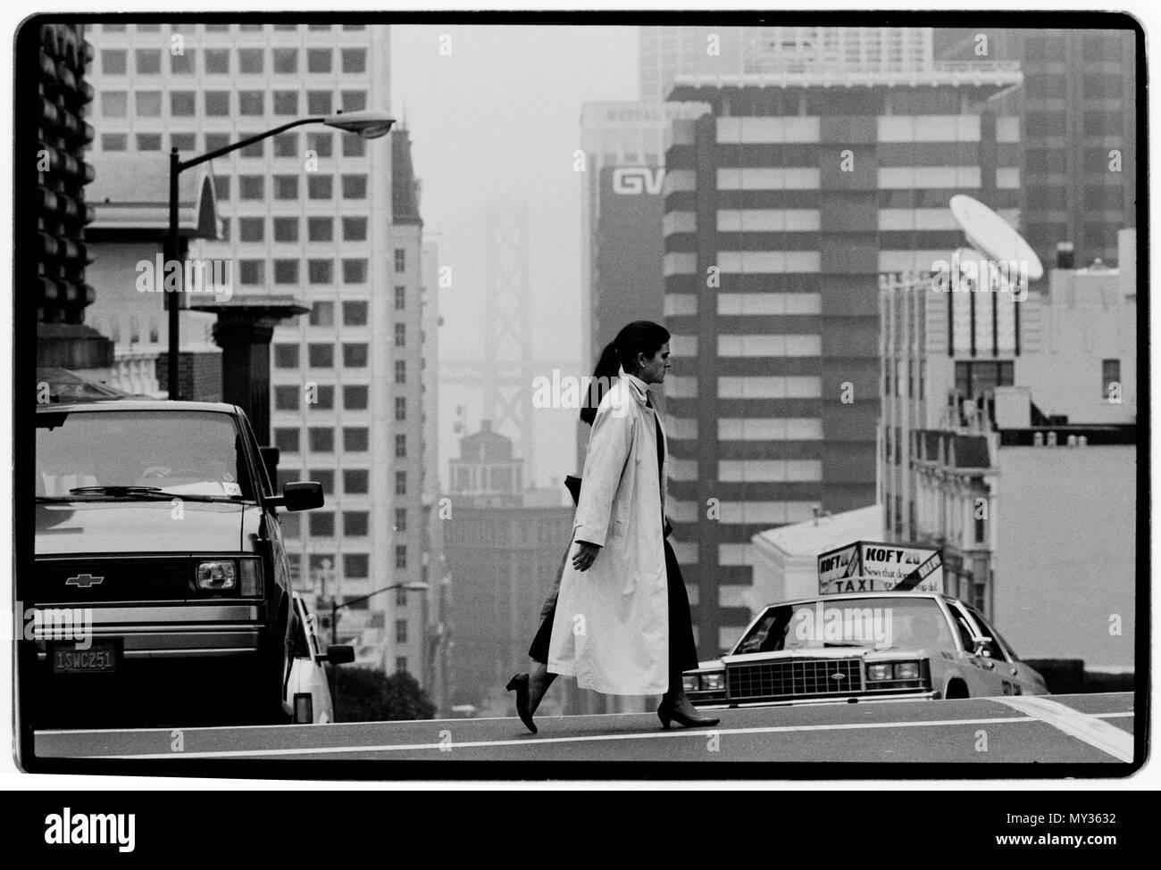 San Francisco USA Street life. 1988 Looking down California Street to the Oakland Bay Bridge - Stock Image
