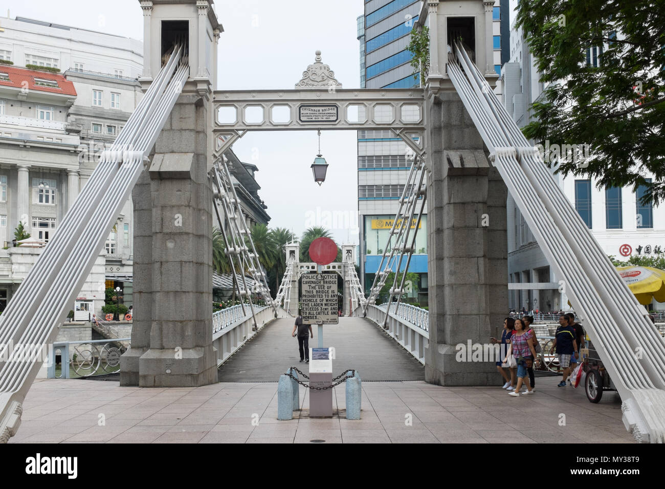 Cavenagh Bridge crossing the Singapore River close to Fullerton Quay in Singapore - Stock Image