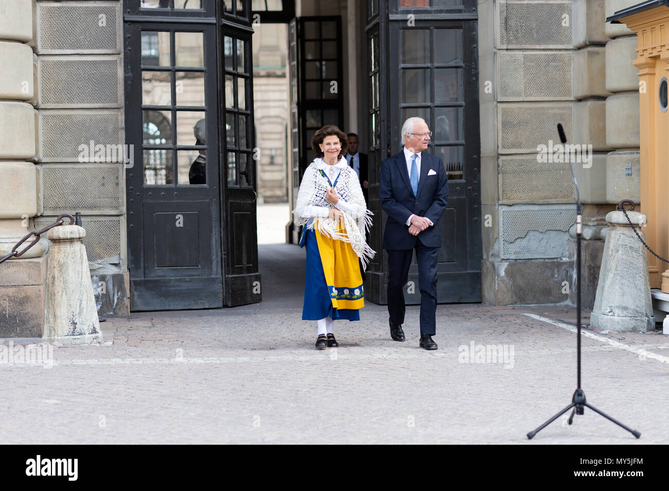Stockholm, Sweden, June 6, 2018. Swedish National Day is celebrated at the Royal Palace with 'Open Castle' - a full day of free entrance to the Castle's museums, exhibitions and activities. The royal couple, King Carl XVI Gustaf and Queen Silvia, opens the western gate of the castle from the outer courtyard. Credit: Barbro Bergfeldt/Alamy Live News - Stock Image