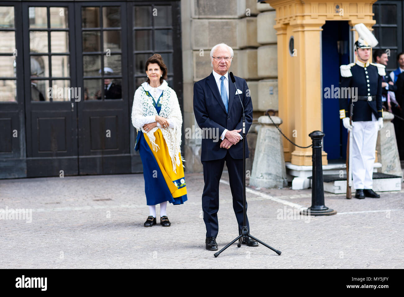 Stockholm, Sweden, June 6, 2018. Swedish National Day is celebrated at the Royal Palace with 'Open Castle' - a full day of free entrance to the Castle's museums, exhibitions and activities. The royal couple, King Carl XVI Gustaf and Queen Silvia, opens the western gate of the castle from the outer courtyard. Credit: Barbro Bergfeldt/Alamy Live News Stock Photo