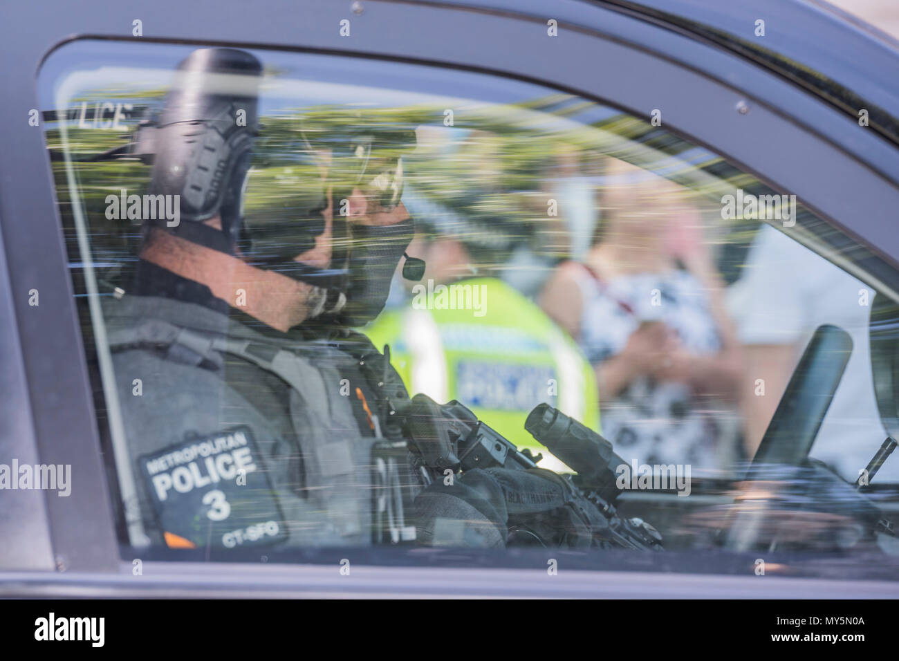 London, UK. 6th Jun, 2018. Security is heavily armed - Protestors supporting Palestine and counter protestors supporting Israel gather in Whitehall. As Benjamin Netanyahu, Prime Minister of Israel meets Theresa May in Downing Street. Credit: Guy Bell/Alamy Live News - Stock Image
