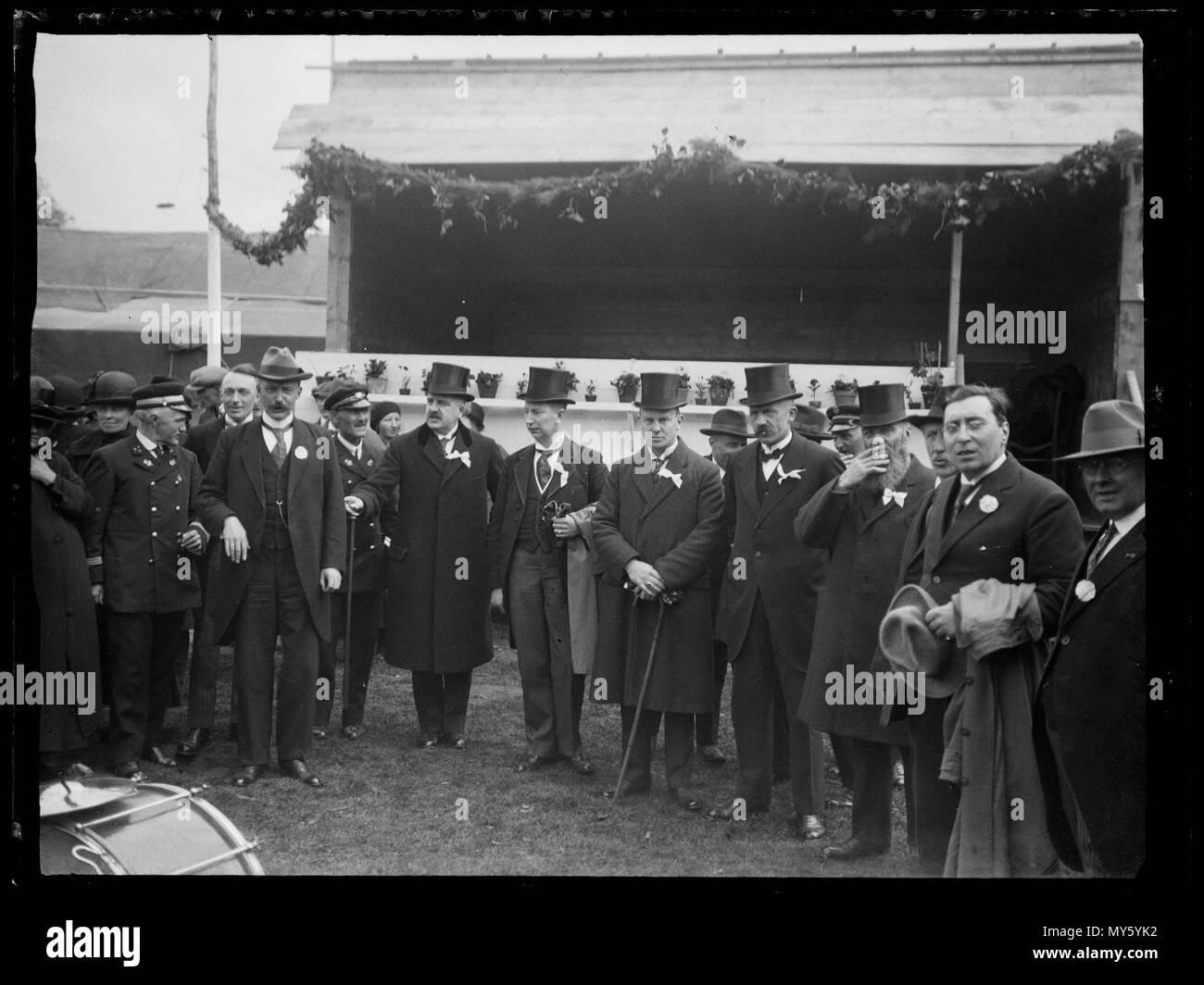 Sportstadion. Groepsfoto waaronder mannen met hoge hoed, mogelijk voor overdekte tribune van een sportstadion tijdens een evenement Den Helder 1930 Catalogusnummer: RAA003012709 Collectie Regionaal Archief Alkmaar - Stock Image