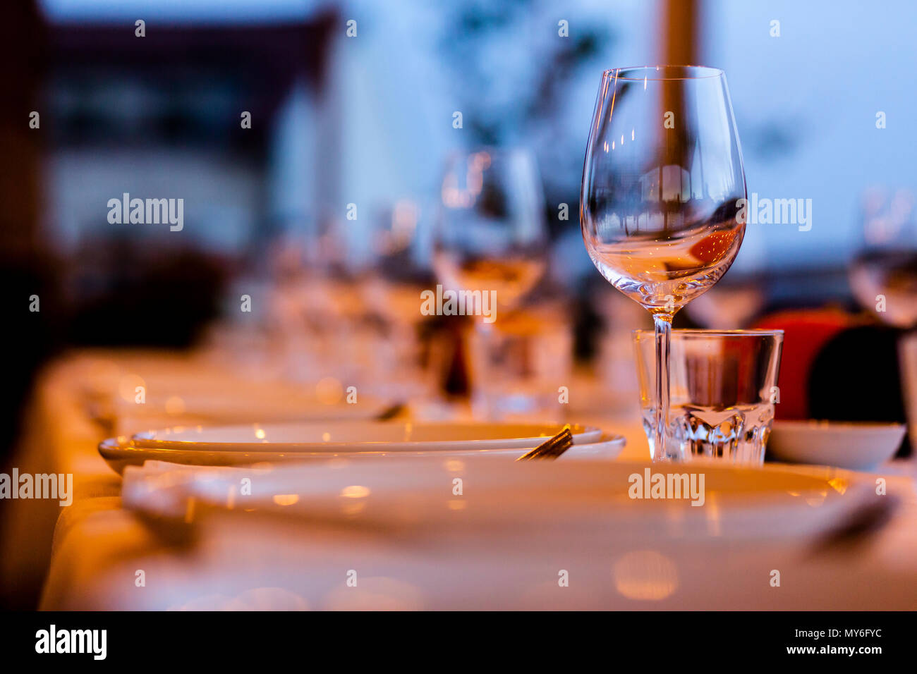 Luxury table settings for fine dining with and glassware, beautiful blurred  background. For events, weddings. - Stock Image